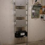 Centraler till Aptus passersystem monterade i stativ  med batteribackup vid strömbortfall.