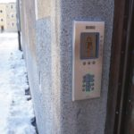 Porttelefon för passage med bricka eller passage via porttelefon.