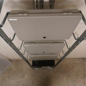Centraler monterat på stativ för passersystem med porttelefoner samt läsare till källare och cykelrum.